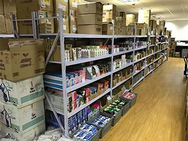 物流倉庫。商品ごとに区分して管理しています。
