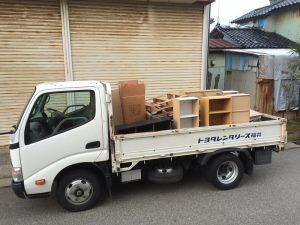 会社の使わないものをトラックで捨てる
