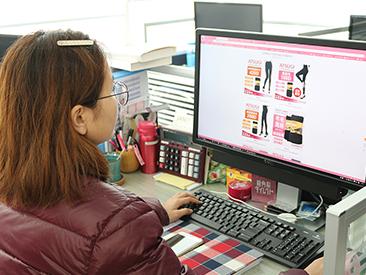 販売の主商品は「アツギ」の商品です。他に日本製の生活雑貨も扱っています。