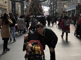 ディズニーランドのクリスマスツリーで息子と