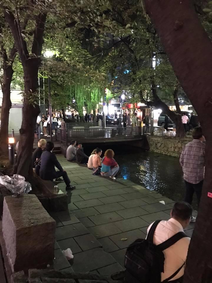 京都の先斗町の川辺はフォーリナーの集い場