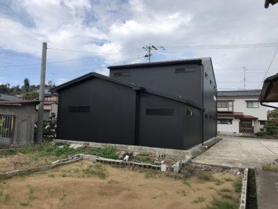 すててこ株式会社 物流倉庫 外観 外壁 黒一色