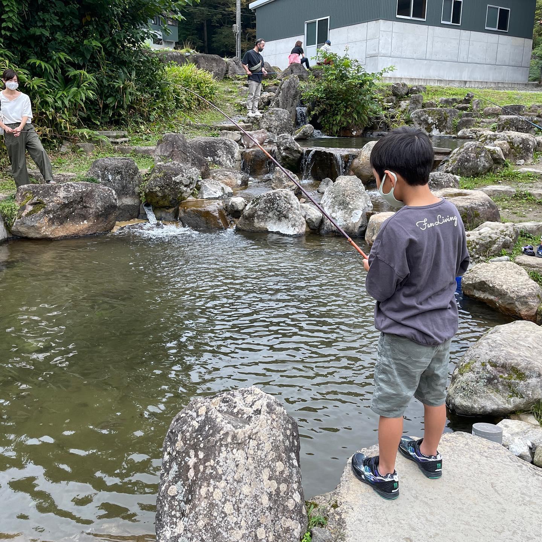 勝山市のフィッシングよこくらで、子供と釣り体験